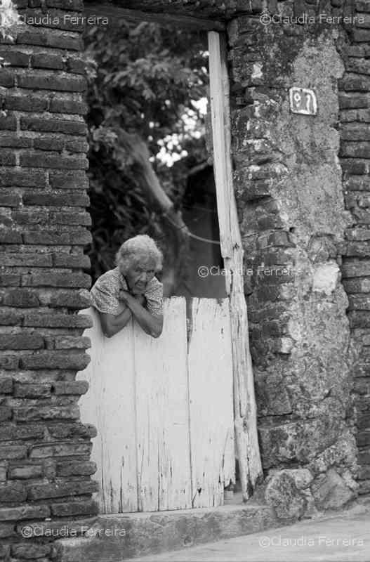 Senhora no portão