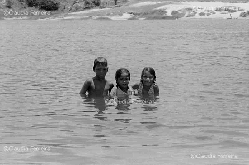 Crianças na Lagoa do Abaeté